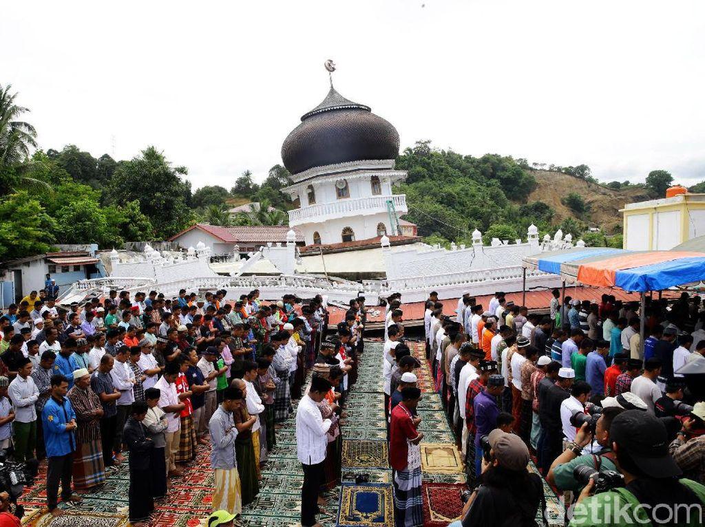 Warga Aceh Salat Jumat di Sekitar Reruntuhan Masjid