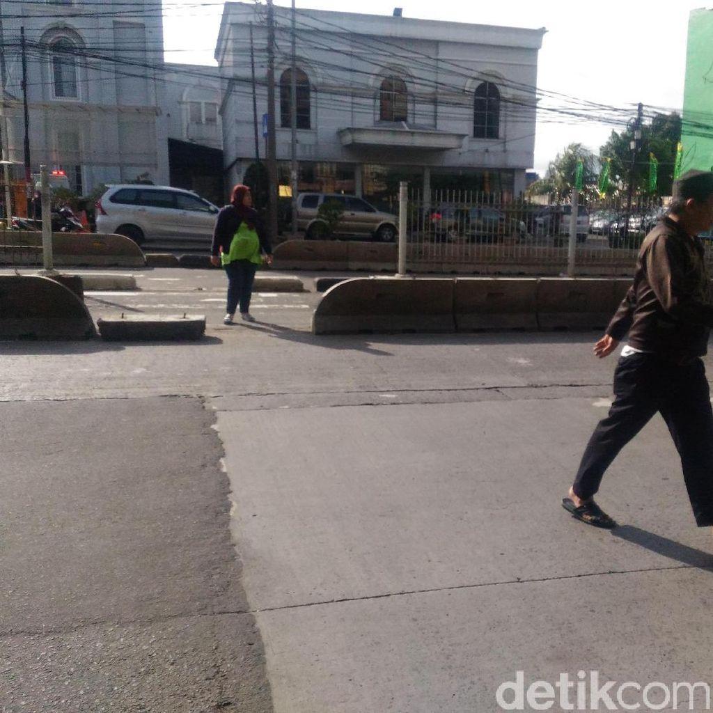 Jarak JPO Terlalu Jauh Jadi Alasan Warga Nekat Melintasi Busway