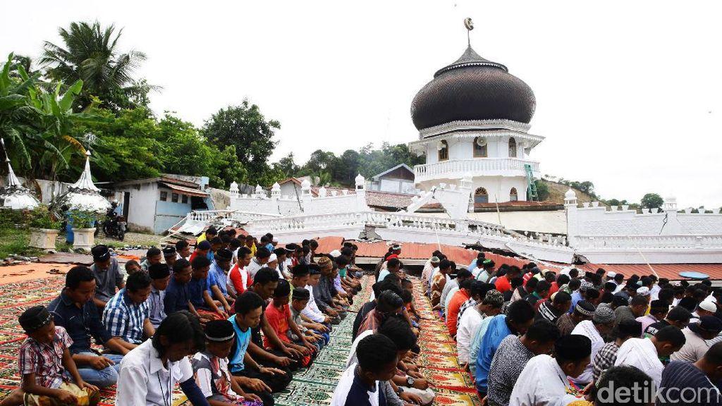 Momen Dramatis Korban Gempa Aceh Salat di Halaman Masjid yang Roboh