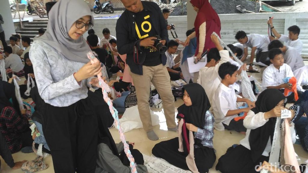 Hari Antikorupsi, Ratusan Siswa SMP Salman Al Farisi Tuliskan Harapan di Kain Perca