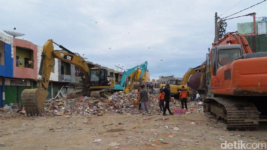 Diduga Masih Ada Korban, Petugas Terus Gali Reruntuhan Ruko Pasar Meureudu