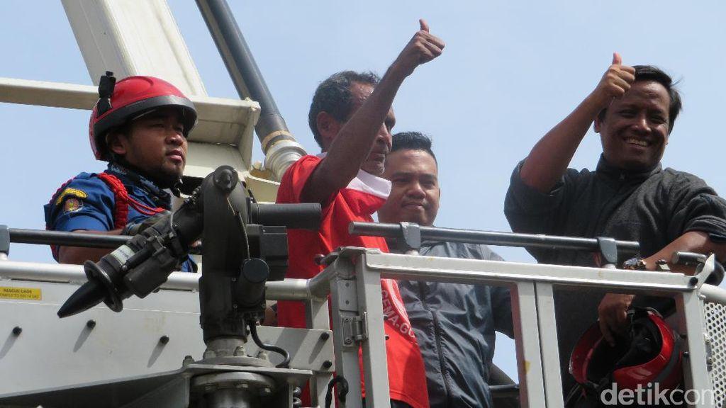 Acungkan Jempol, Pria Pemanjat Baliho di Grogol Akhirnya Turun