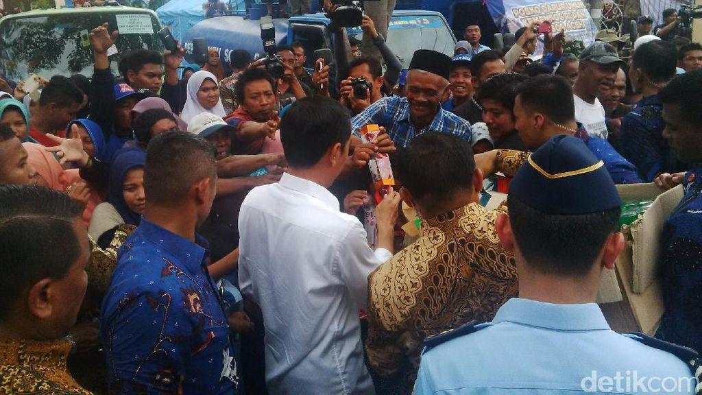 Jokowi Bagi-bagi Buku dan Suvenir di Posko Pengungsi Gempa Aceh