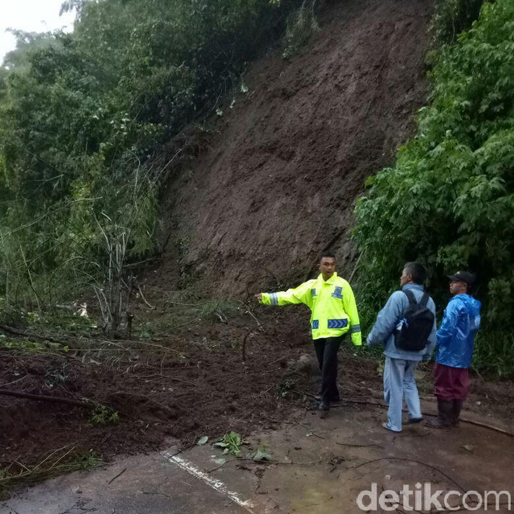 Longsor Setinggi 15 Meter Terjadi di Nagreg Jabar, Lalin Bandung-Garut Padat