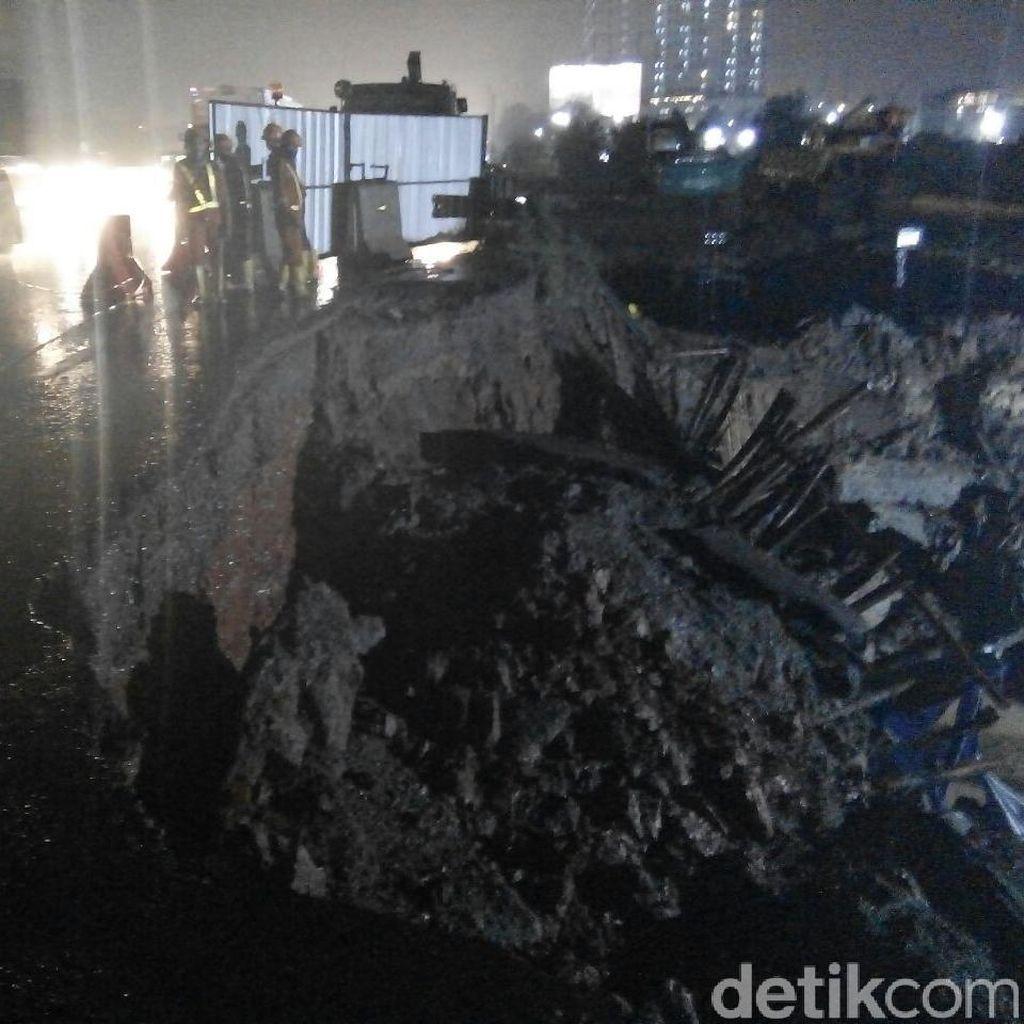 Perbaikan Bahu Jalan Amblas di KM 17 Tol Jakarta-Cikampek Selesai Besok Pagi