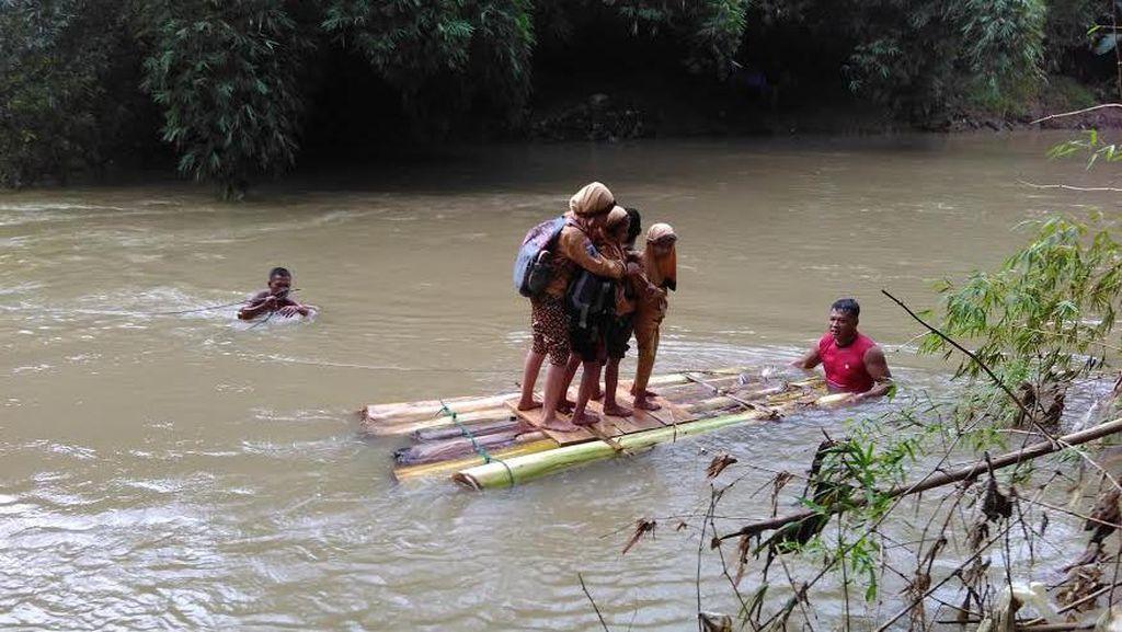 Pelajar ke Sekolah dengan Rakit, Bupati Trenggalek Diminta Segera Perbaiki Jembatan