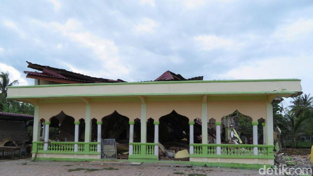 Warga Gotong Royong Bangun Musala Darurat Akibat Gempa Aceh