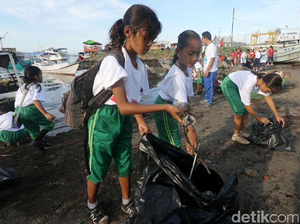 Siswa SD Bersih-bersih Sampah di Labuan Bajo