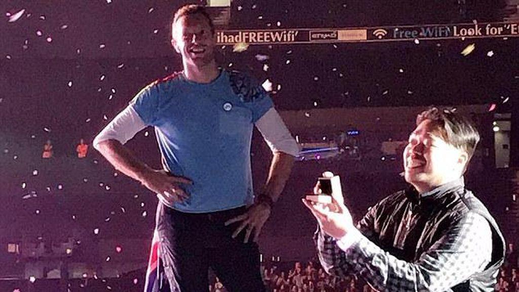 Di Atas Panggung Coldplay, Chris Martin Bantu Cowok Indonesia Melamar Kekasih