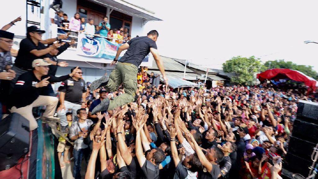 Hap! Agus Yudhoyono Kembali Lompat Moshing dan Ditangkap Pendukungnya