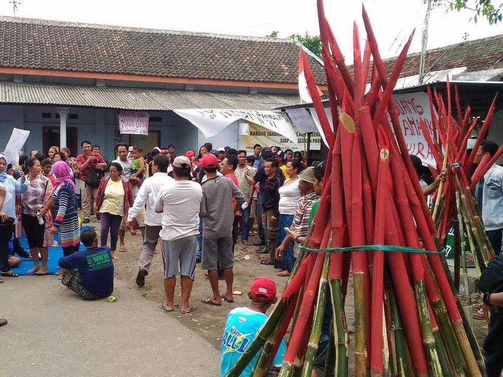 Jelang Eksekusi Eks Lokalisasi, Puluhan Bambu Runcing dan Bom Molotov Disita
