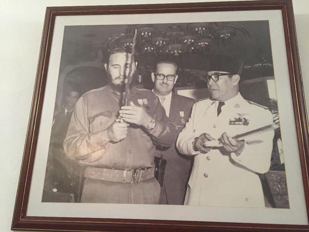 Foto Legendaris Sukarno Bertemu Fidel Castro dan Keris yang Dikagumi DPR Kuba