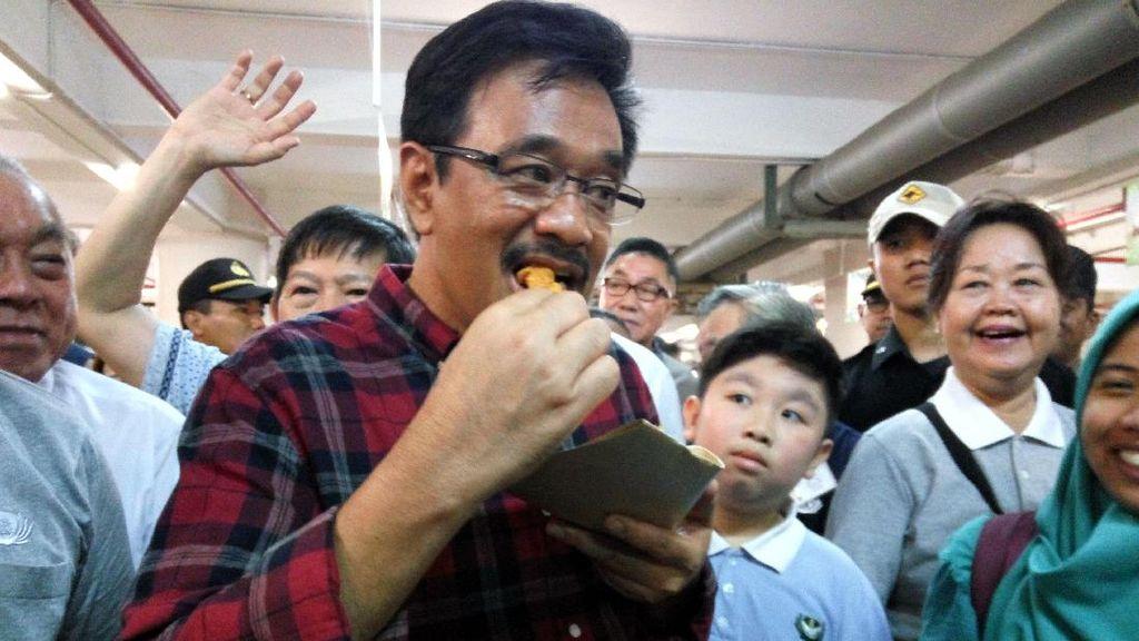 Saat Djarot Asyik Mencicipi Kuliner Indonesia di Acara Bakti Sosial