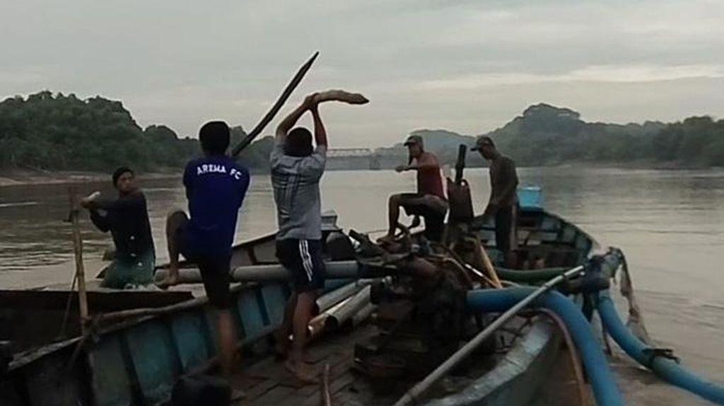 Duel Sengit Warga dengan Penambang Pasir Liar di Tengah Bengawan Solo