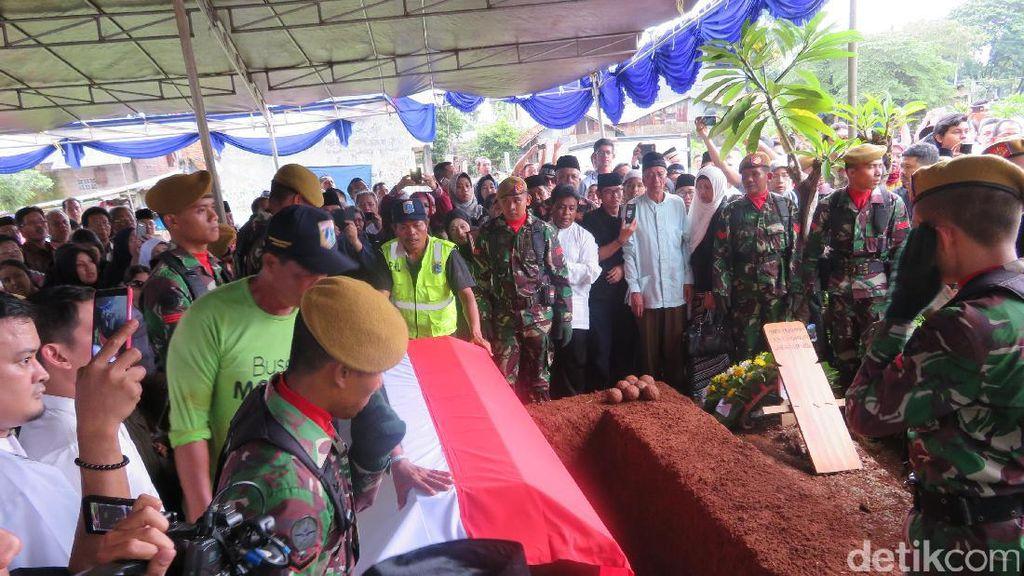 Diiringi Hujan, Jenazah Marie Muhammad Dimakamkan Secara Militer