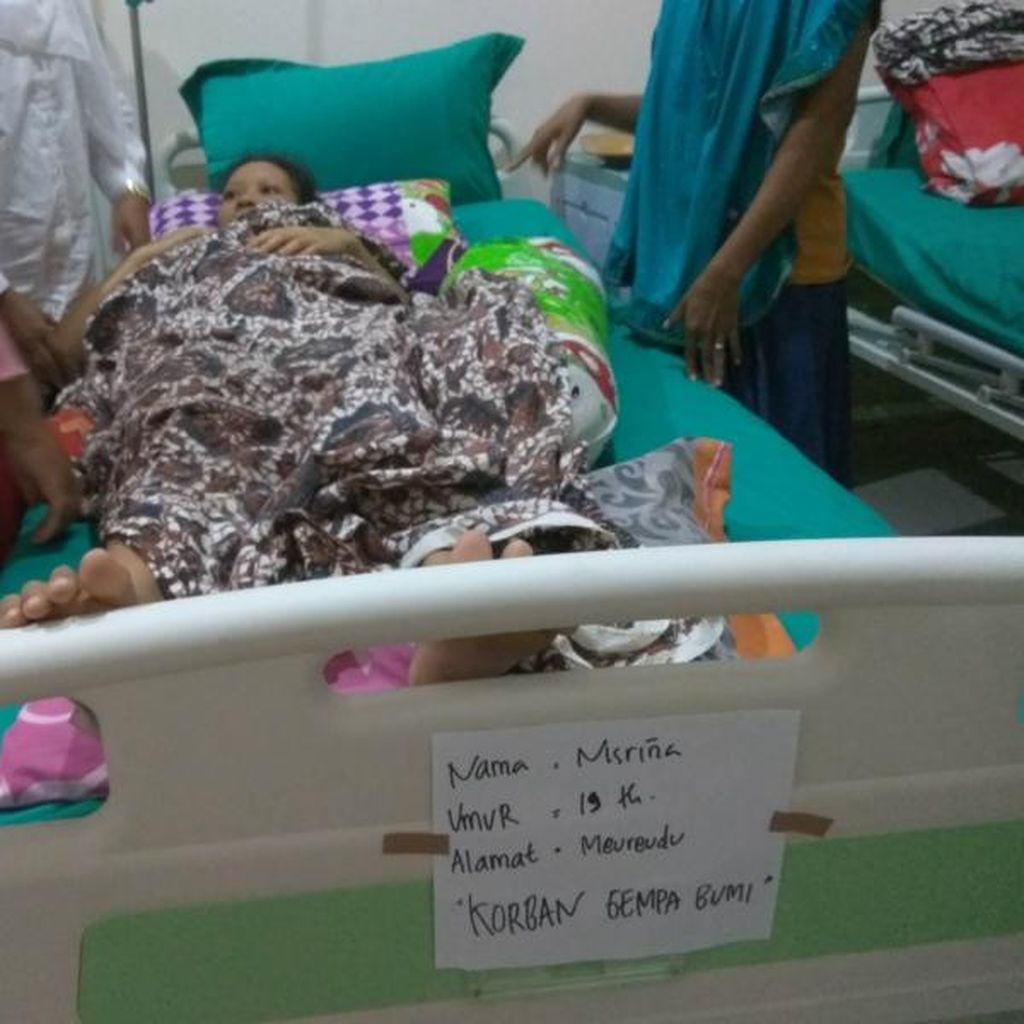 Kunjungi Pasutri Korban Gempa di RS Jeumpa, Mensos Beri Santunan Dana