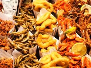Sering Konsumsi Makanan Pakai Bungkus Kertas Koran? Ini Bahayanya!