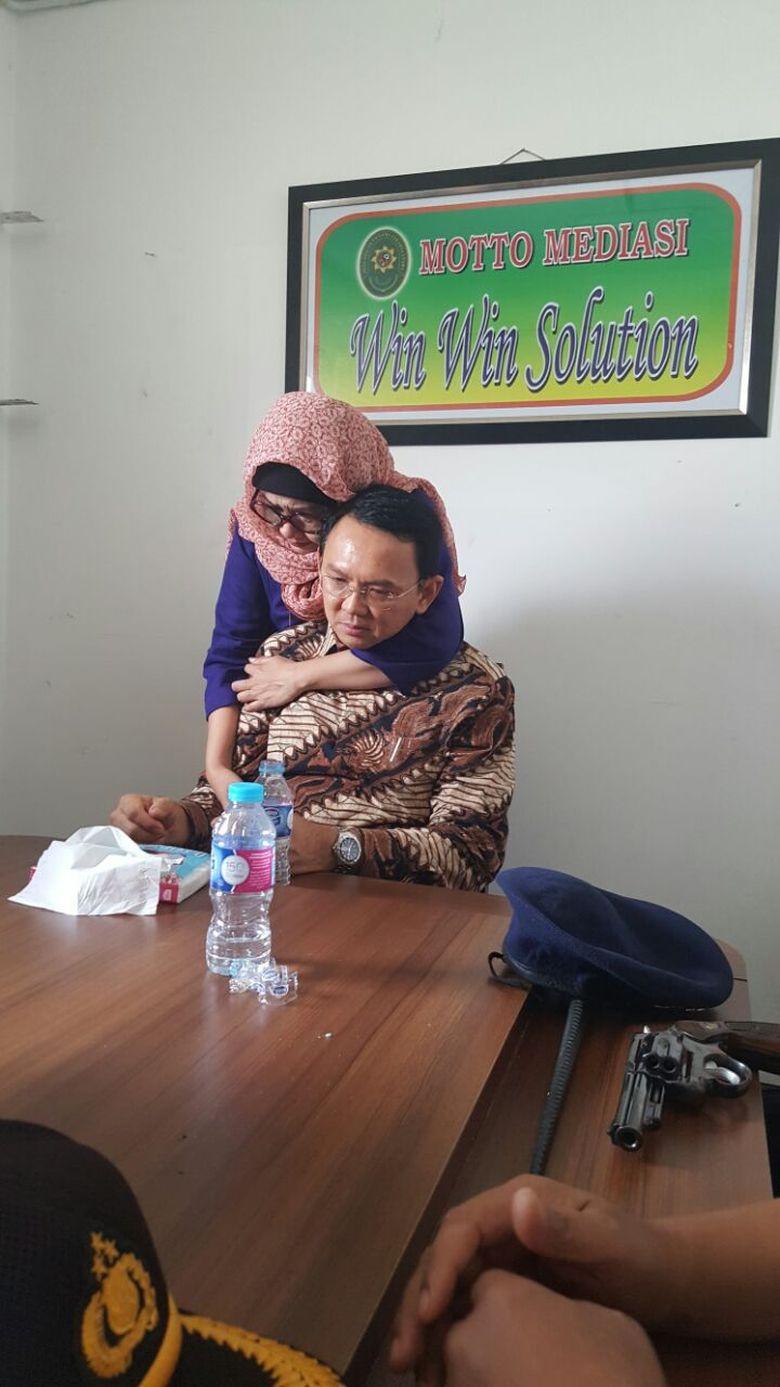 Ketika Ahok Emosional di Sidang Perdana, Menangis dan Dipeluk Kakak Angkat