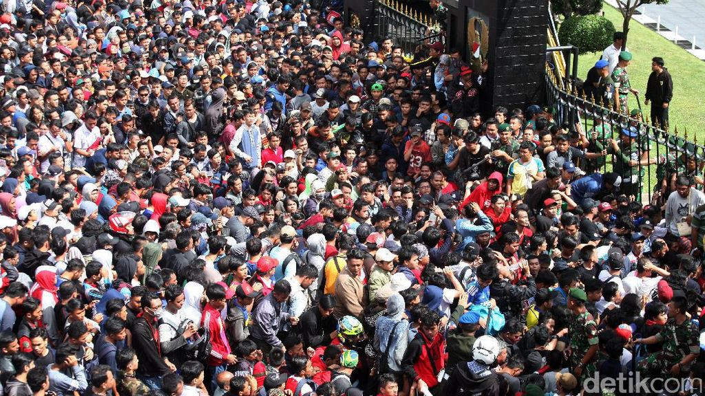 Ribuan Orang Mengantre Tiket Final Piala AFF
