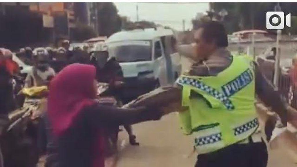Wanita Pengemudi Xenia Ngamuk-ngamuk ke Polisi di Tengah Jalan