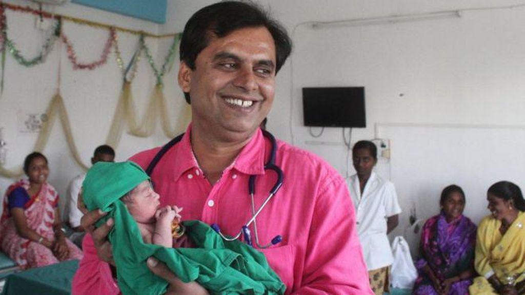 Dokter Ini Tak Pasang Tarif untuk Persalinan Bayi Perempuan