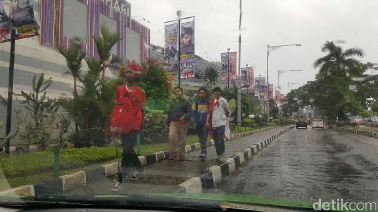 (PIC:Diiringi Hujan, Suporter Mulai Berdatangan Menuju Stadion Pakansari)