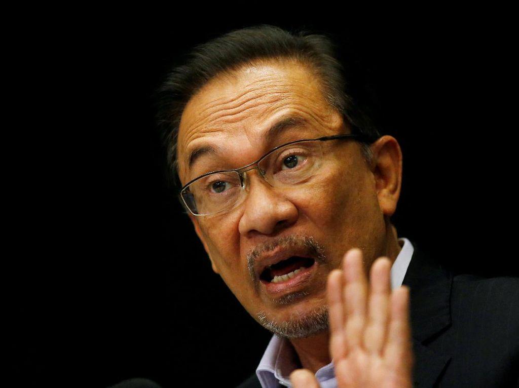 Foto: Anwar Ibrahim yang Dipenjara Tonton Pelantikan Mahathir