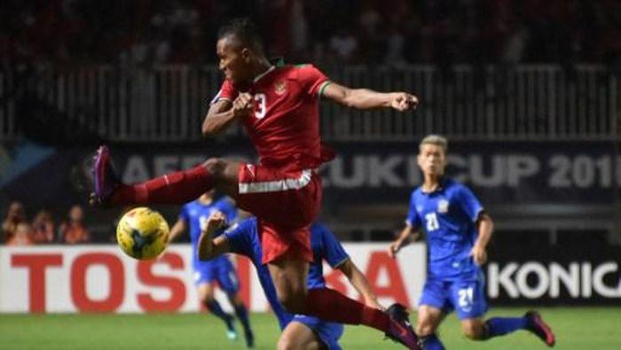 Indonesias Muhammad Abduh Lestaluhu (C) kicks the ball during the AFF Suzuki Cup final football match between Indonesia and Thailand at Pakansari Stadium in Cibinong, West Java, on December 14, 2016. / AFP PHOTO / BAY ISMOYO