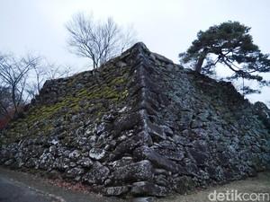 Reruntuhan Kastil Kuno Jepang yang Punya Pemandangan Memesona di Musim Gugur