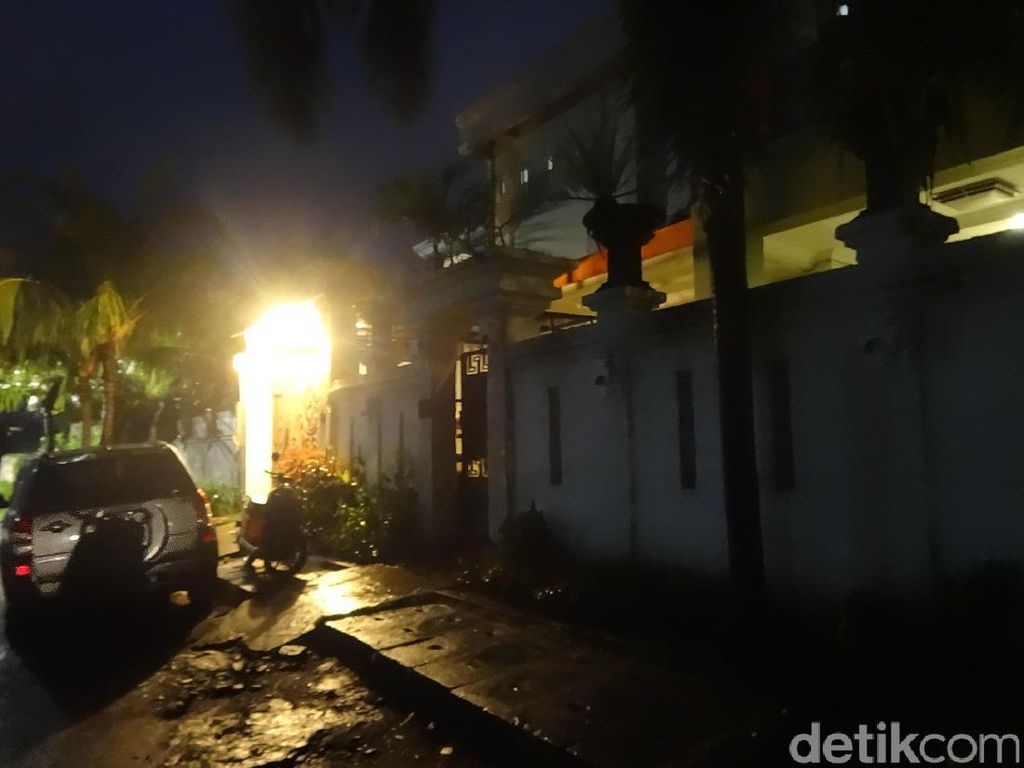 Rumah Bertembok Besar Tempat Peristirahatan Terakhir Blogger Rini Cesillia