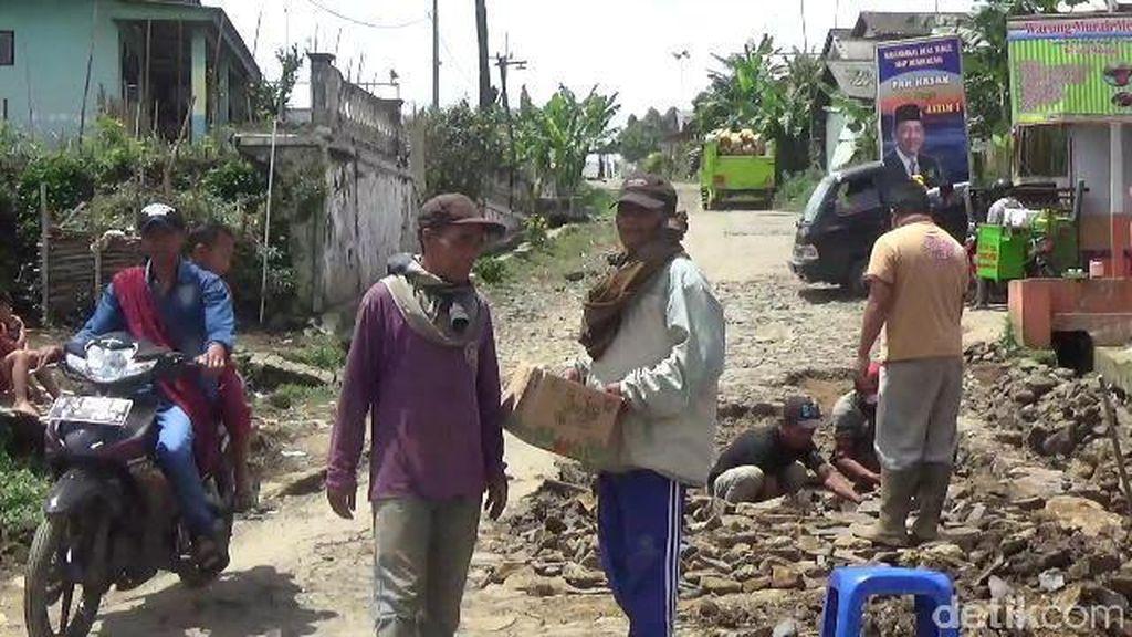 Warga Probolinggo Perbaiki Jalan Rusak Hasil Swadaya Masyarakat