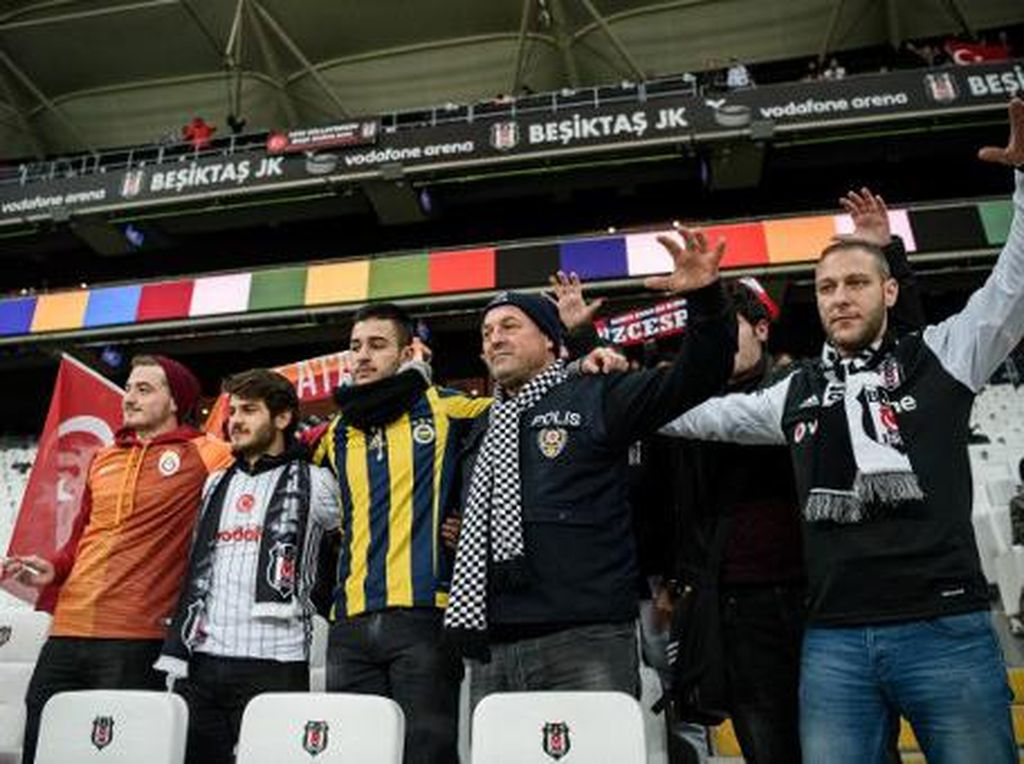 Aksi Solidaritas Fans Klub-Klub Turki Usai Insiden Bom di Stadion Besiktas