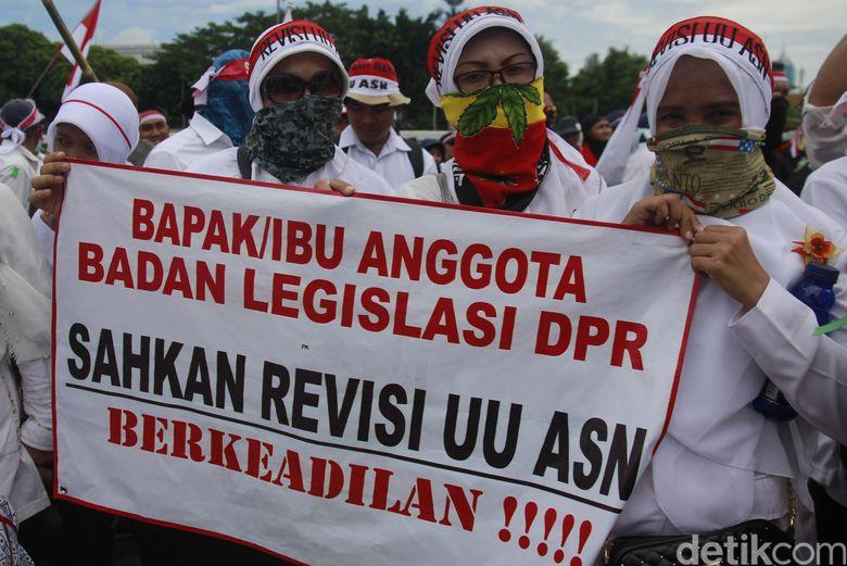 Protes Besar Tenaga Honorer di Awal Tahun ini dan Revisi UU ASN