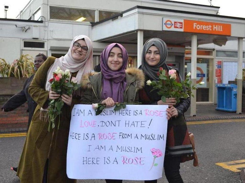 Bagi-bagi Bunga Mawar di Stasiun Kereta London, 3 Hijabers Ini Dipuji Netizen