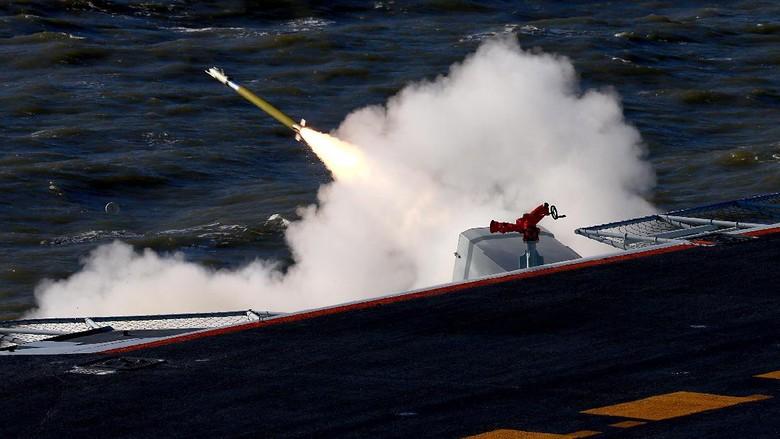 Pertama Kali, China Latihan Tembak dengan Amunisi Sungguhan dari Kapal Induk
