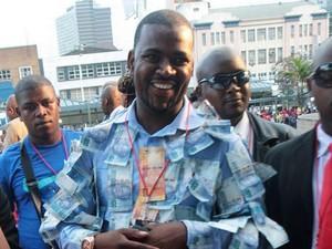 Pria Ini Jadi Kontroversi karena Pakai Baju Berhias Uang Kertas