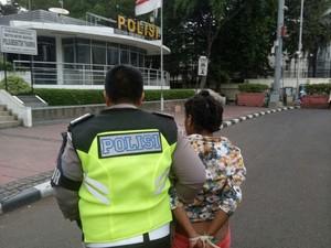 Perempuan Mabuk Rusak Pospol dan Taksi di Jakpus, Polisi Turun Tangan