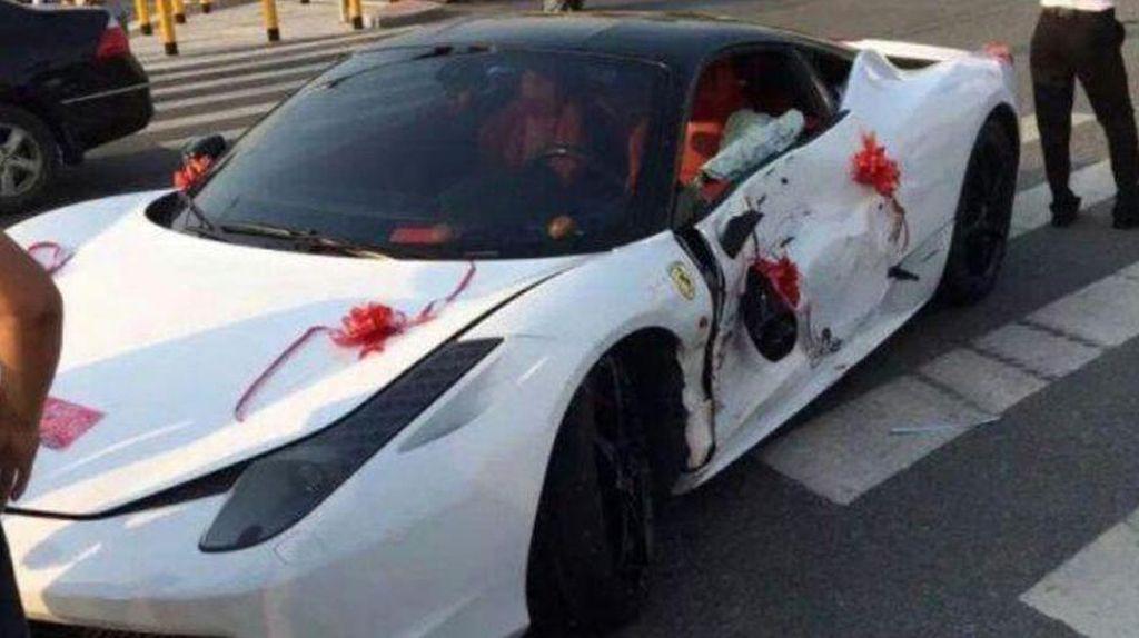 Disewa Jadi Mobil Pengantin, Ferrari Ini Malah Tabrakan