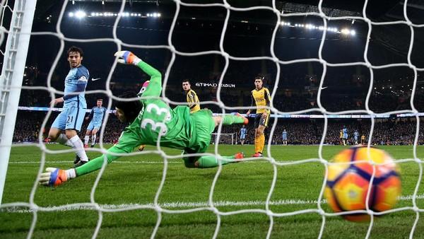 Arsenal Tumbang di Etihad, Cech Catatkan Rekor Terburuknya