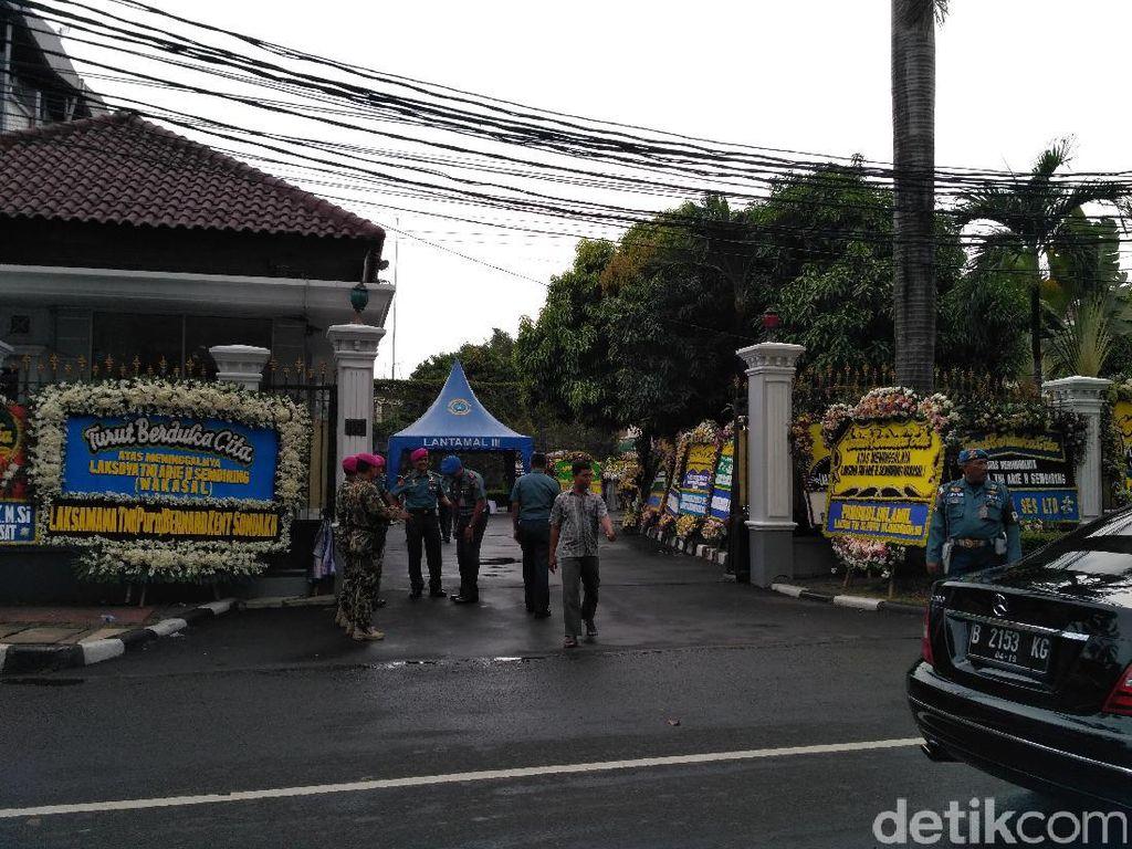 Karangan Bunga Berjejer, Pelayat Berdatangan ke Rumah Duka Wakasal