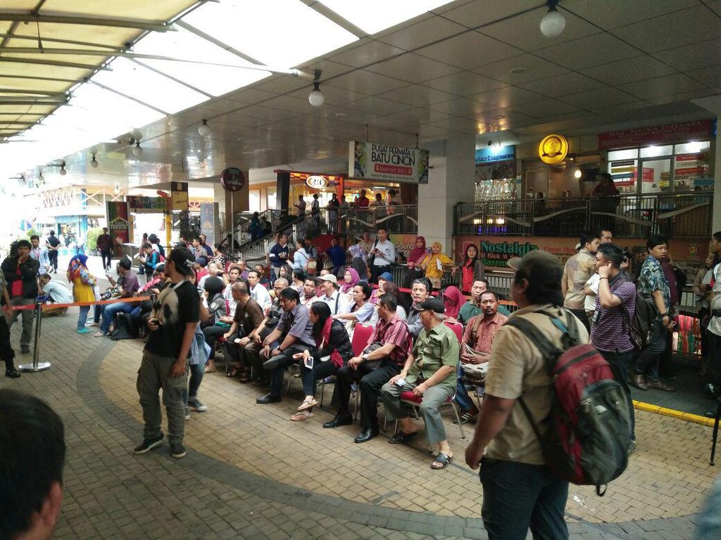 Seratusan Orang Antre Tukar Rupiah Baru di Blok M Square