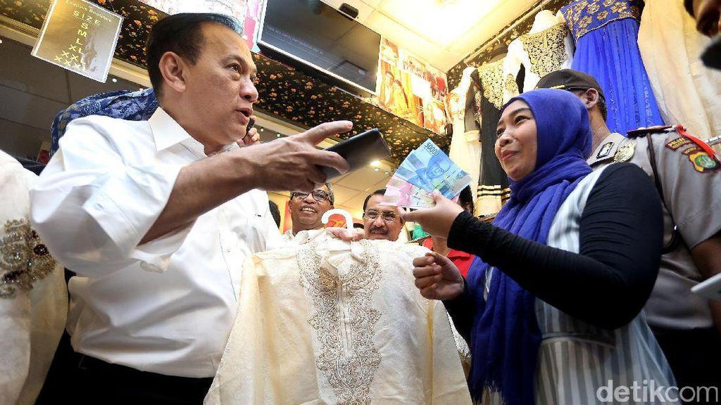 Gubernur BI Belanja Pakai Uang Rupiah Baru