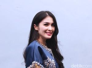Sandra Dewi Berseri-seri Sambut Natal Tahun Ini