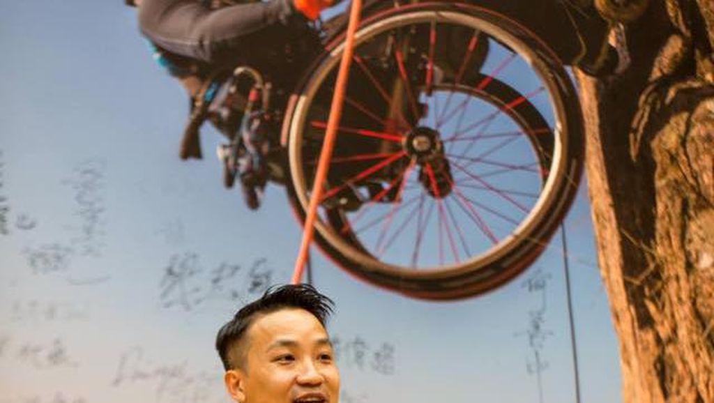 Pria Ini Sukses Panjat Tebing Setinggi 495 Meter dengan Kursi Roda