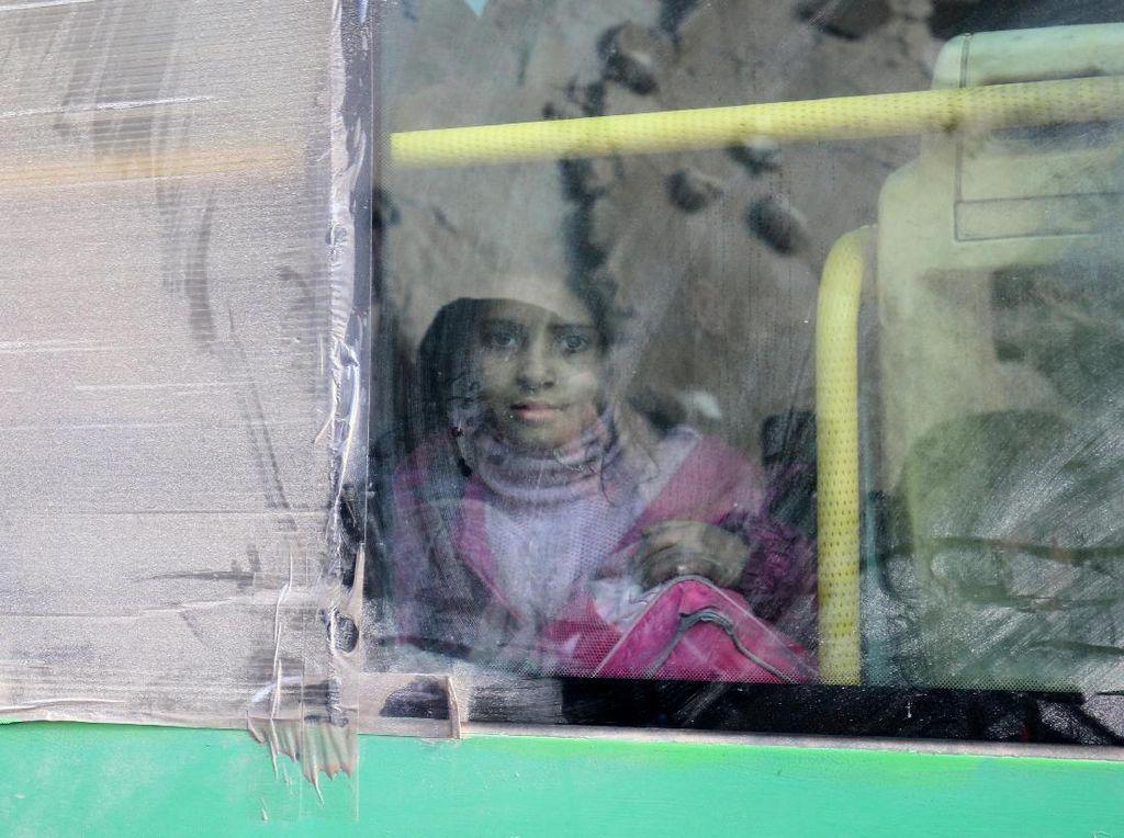 Ekspresi Haru Anak-anak Saat Evakuasi di Aleppo Timur