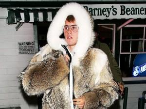 Pakai Jaket Bulu Tebal, Justin Bieber Disebut Kekanakan dan Suka Pamer