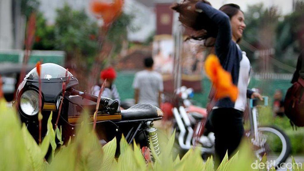 Penggemar Motor Bernuansa Jadul Kumpul-kumpul di Jakarta