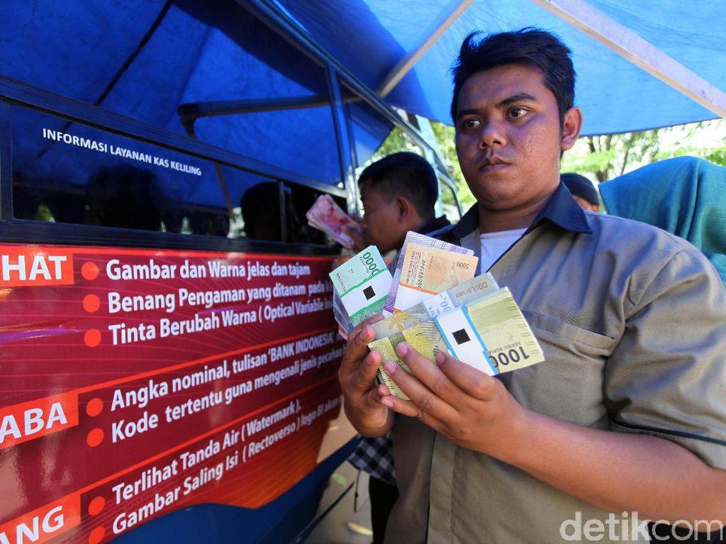 Mobil Penukaran Uang Rupiah Baru Diserbu di DPR