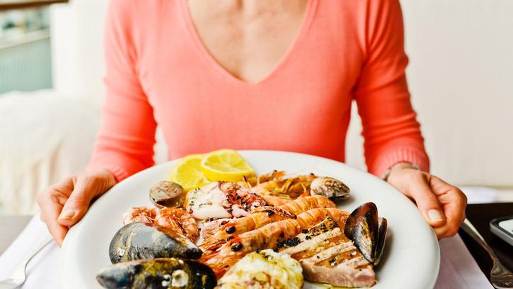 Diduga Makan Seafood Basi, Kandung Kemih Wanita Ini Meledak