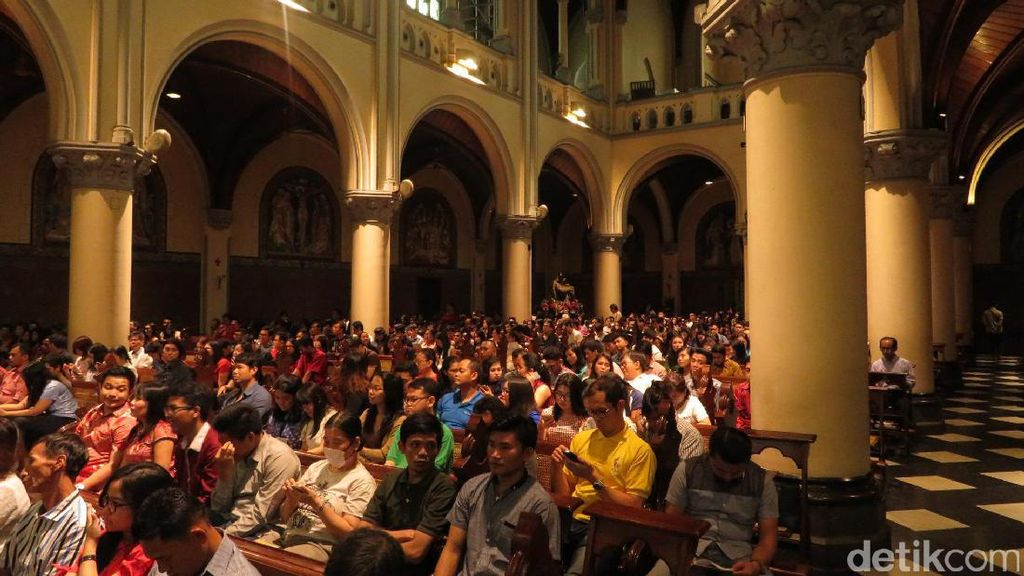 Jelang Misa Penutup, Ratusan Jemaat Penuhi Gereja Katedral Jakarta